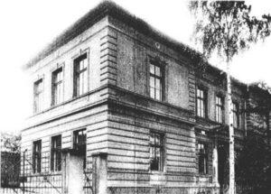 Foto objektu školy v Minicích z r. 1945